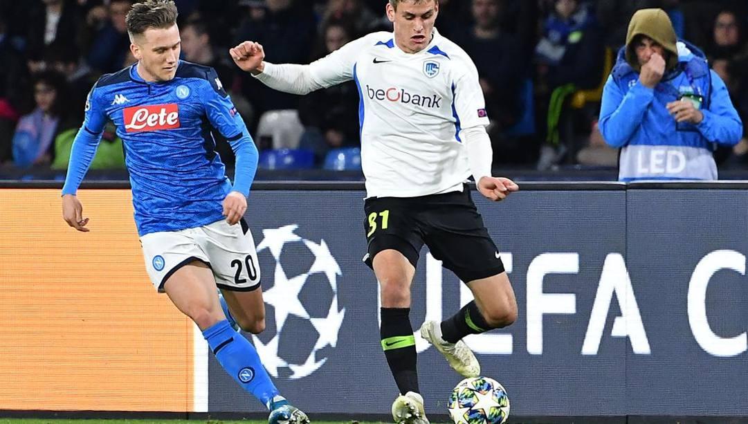Joakim Maehle in azione contro il Napoli con la maglia del Genk. Afp