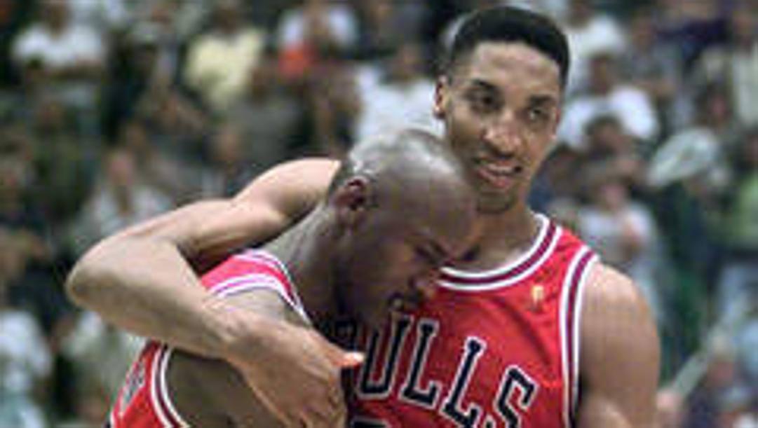 Michael Jordan sorretto da Scottie Pippen durante gara-5 delle Finals 1997 contro Utah: è il Flu Game