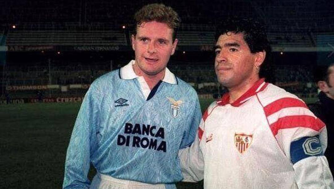 Paul Gascoigne e Diego Maradona nell'amichevole tra Siviglia e Lazio giocata al Sanchez Pizjuan il 10 novembre 1992