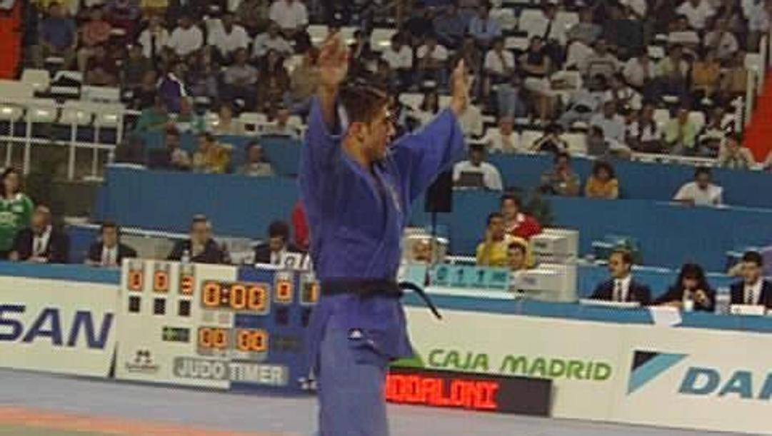 1998, Pino Maddaloni esulta dopo la vittoria in finale del titolo europeo nei 73 kg