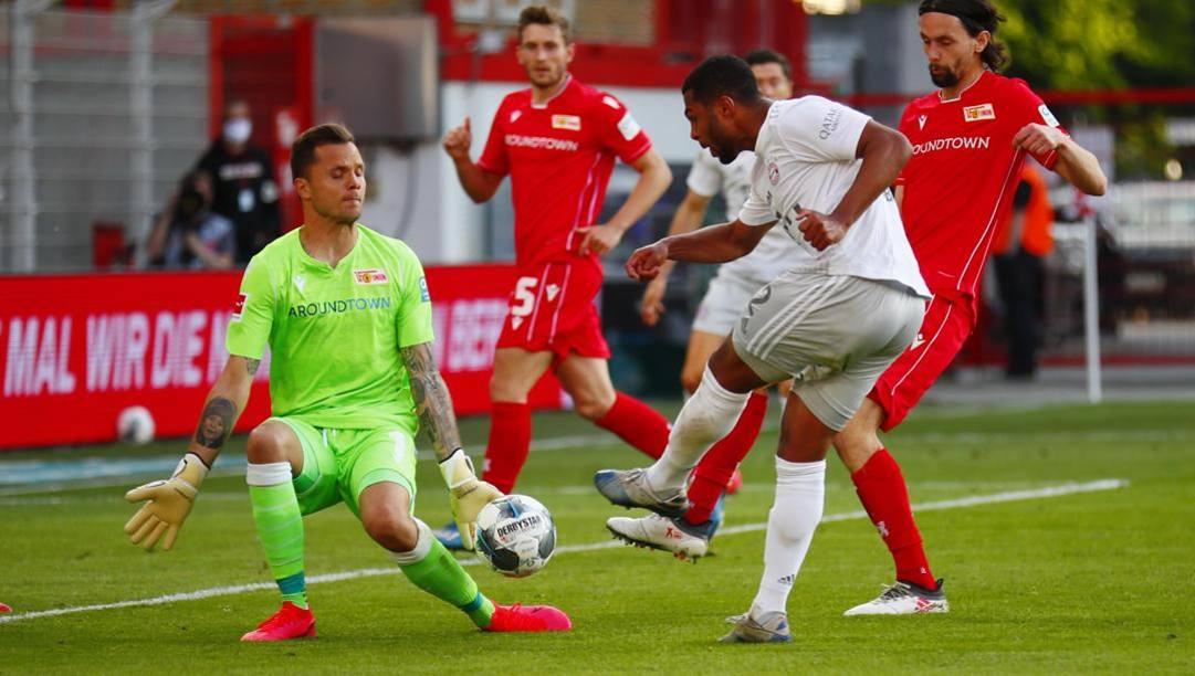 Un momento di Union-Bayern Monaco. Gnabry calcia a rete, il portiere si oppone.