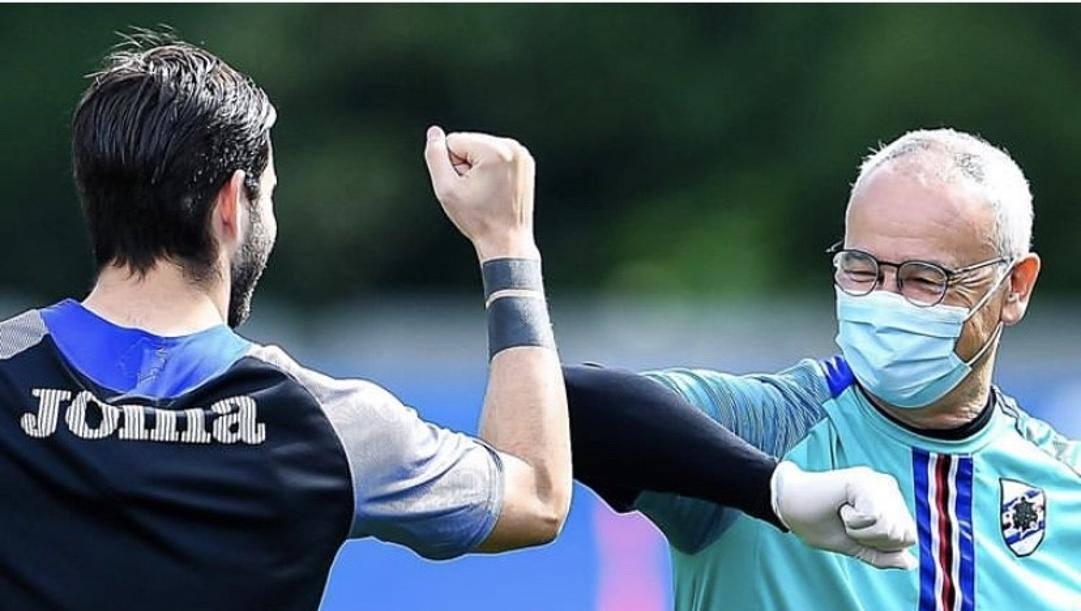 Il saluto con il gomito di Claudio Ranieri a Nicola Murru sul prato del centro sportivo blucerchiato a Bogliasco FOTO U.C. SAMPDORIA