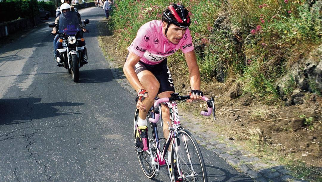 Gianni Bugno in maglia rosa.