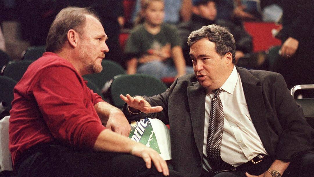 Jerry Krause, a destra, a colloquio con George Karl. Afp