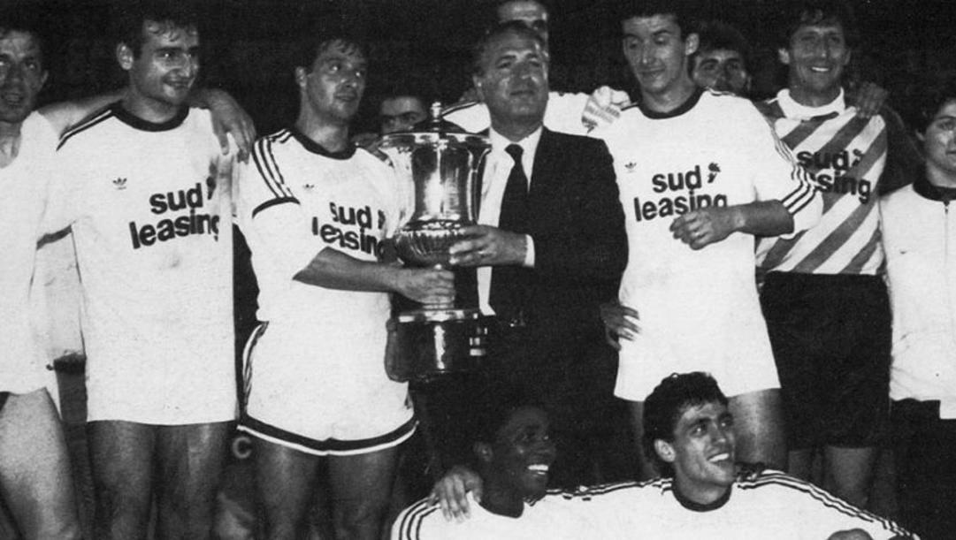 Il Bari del presidente Vincenzo Matarrese - al centro - festeggia la Mitropa Cup 1990.