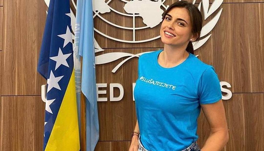 Amra nella sede dell'Unicef: la signora Dzeko ha partecipato a moltissime iniziative di solidarietà con il marito Edin.