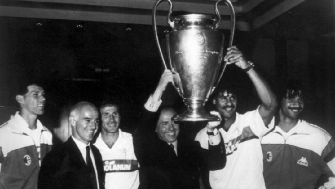 Da sinistra, Van Basten, Sacchi, Baresi, Berlusconi, Rijkaard e Gullit con la Coppa Campioni 1990. Ansa