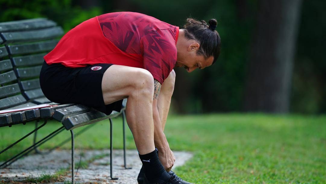 Zlatan Ibrahimovic su una panchina di Milanello. Lapresse