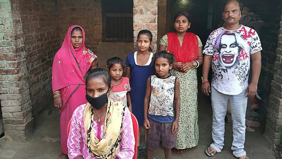 Jyoti Kumari avanti con la mascherina e la sua famiglia