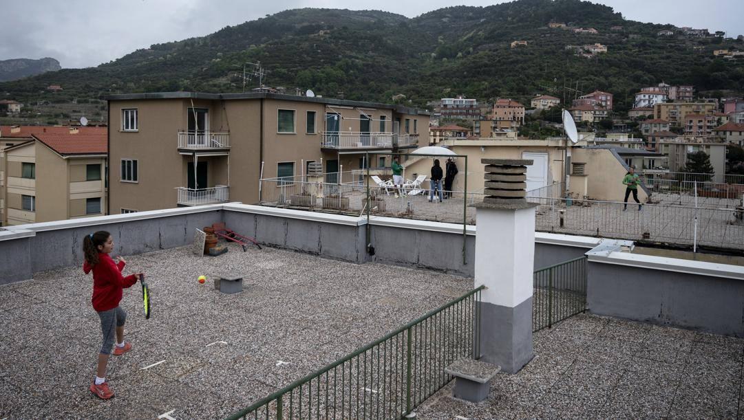 Carola e Vittoria in azione sui tetti di Finale Ligure. Afp
