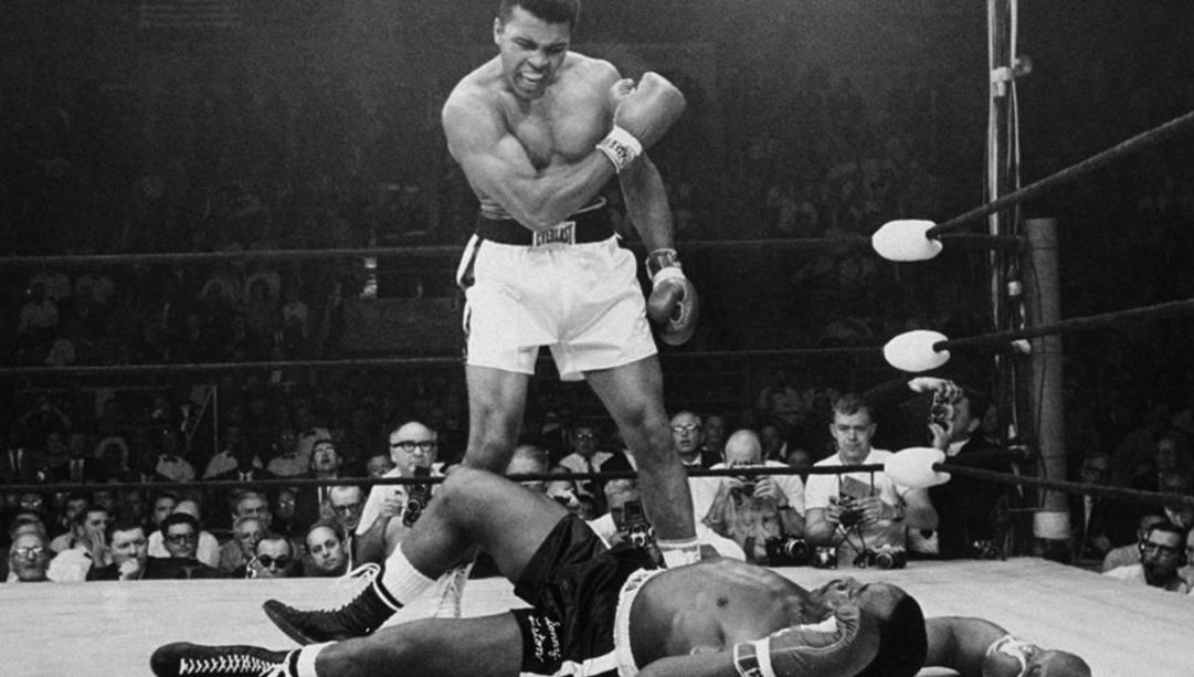 L'iconica foto che ritrae Muhammad Ali che sfida Sonny Liston a rialzarsi. Ap