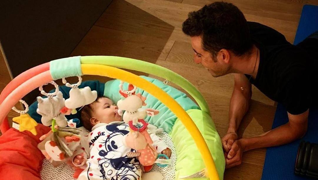 Fabio Aru, 29 anni, gioca con la figlia Ginevra, cinque mesi. INSTAGRAM
