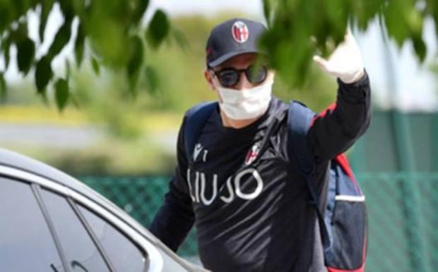 Sinisa Mihajlovic con mascherina e guanti.