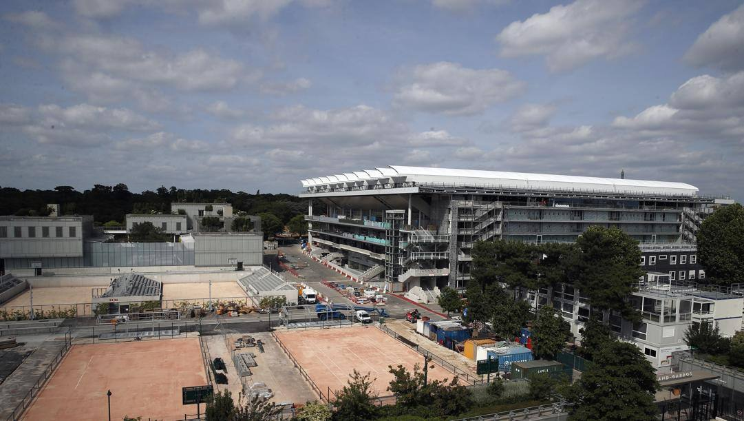 Lavori in corso al Roland Garros dopo l'emergenza. Centrale con il nuovo tetto LAPRESSE
