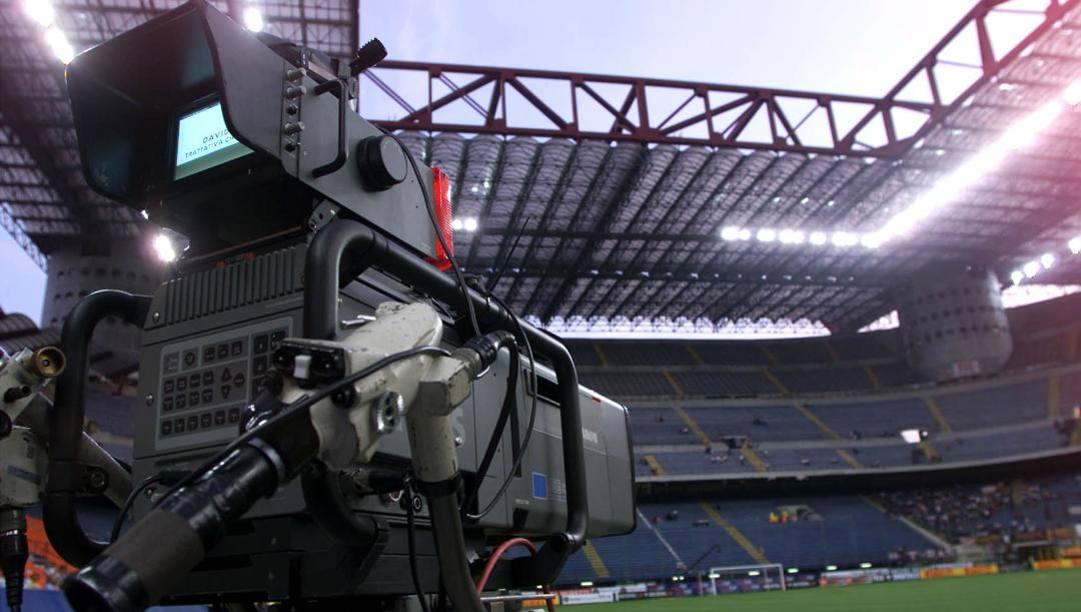 Una telecamera in uno stadio semivuoto: da dove ripartirà il calcio italiano? Ansa
