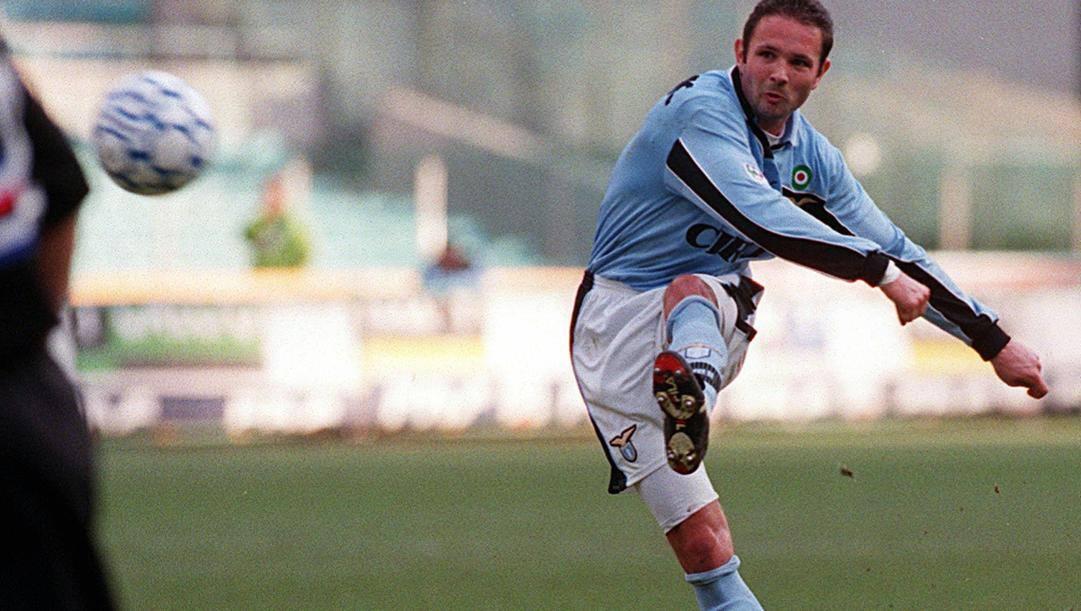 Sinisa Mihajlovic mentre calcia una punizione, ai tempi della Lazio. Ap