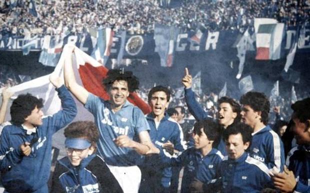 Andrea Carnevale festeggia lo scudetto 1987 a Napoli: fra i raccattapalle, con l'indice alzato Fabio Cannavaro a 13 anni