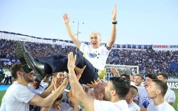 Gian Piero Gasperini, 62 anni, in trionfo dopo la vittoria sul Chievo: per l'Atalanta record di vittorie e di punti LAPRESSE