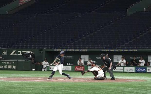 Una sfida precampionato a porte chiuse del 29 febbraio al Tokyo Dome tra Yomiuri Giants e Yakult Swallows. Ap