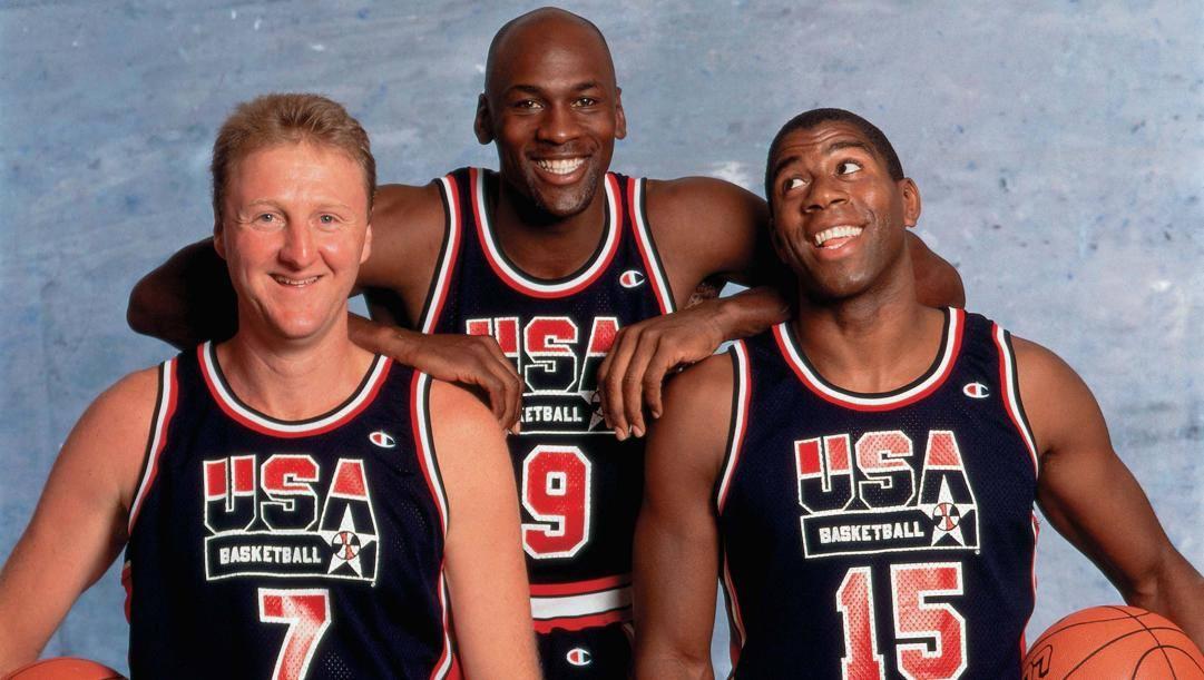 Michael Jordan tra Larry Bird e Magic Johnson con le divise del Dream Team 1992