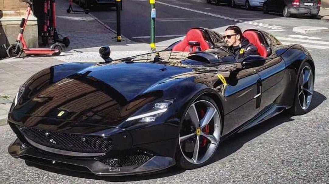 Ibra in giro per Stoccolma con la sua Ferrari Monza SP2.