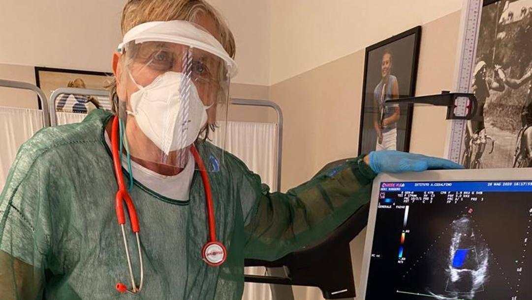 Lamberto Boranga, 77 anni, cardiologo e medico dello sport, nel suo studio con tutte le protezioni anti contagio