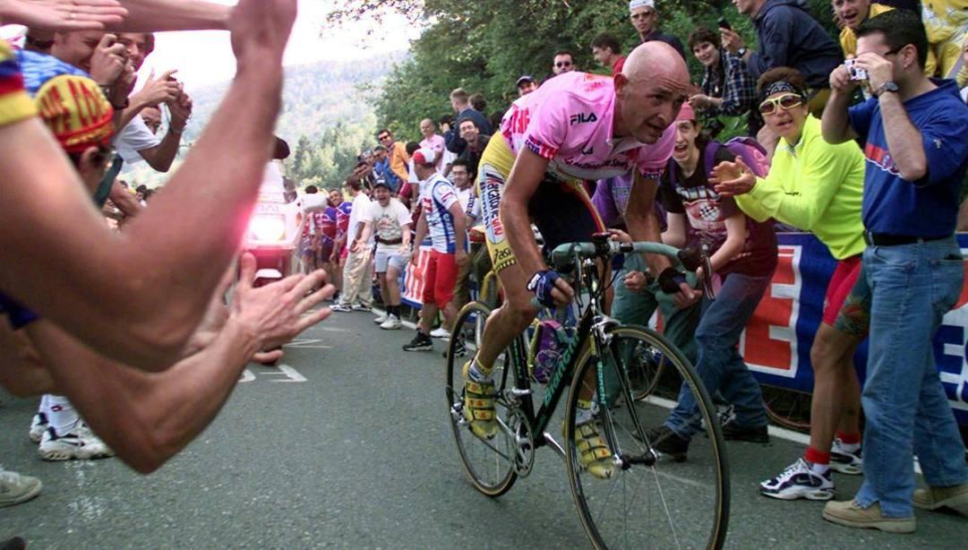 Marco Pantani sulla salita piemontese del Santuario di Oropa. Ap