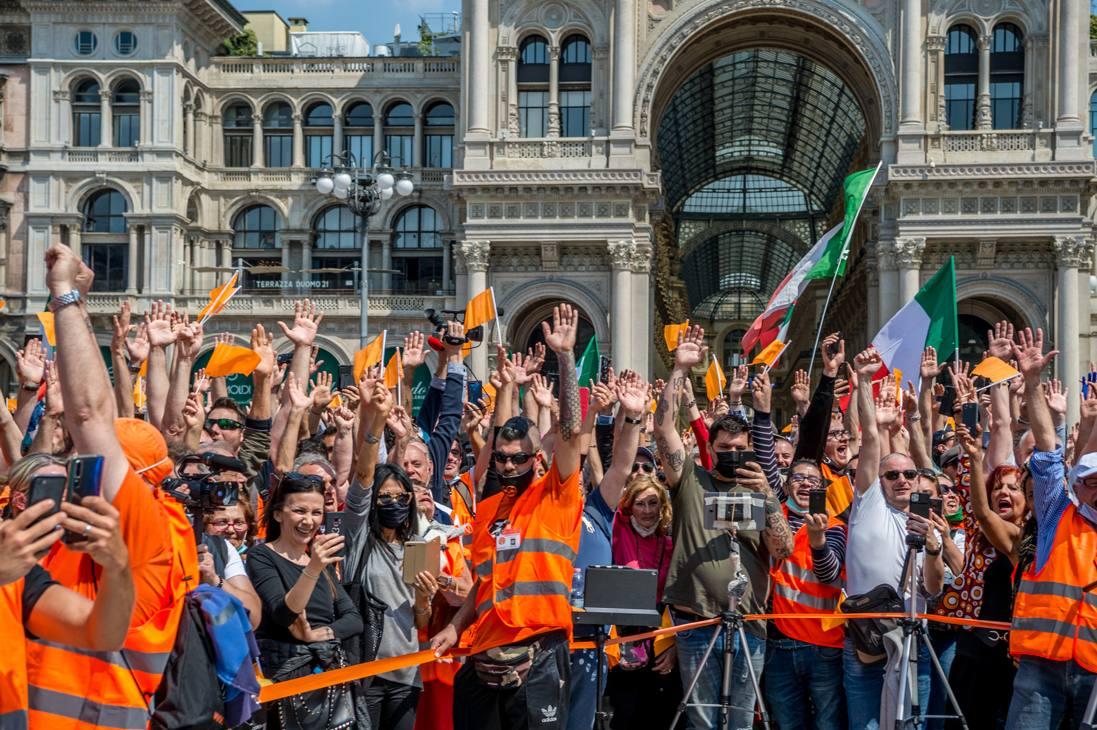 Gilet arancioni e bandiere tricolori a piazza Duomo. Come è evidente il metro di distanziamento previsto nelle norme anti Covid non è rispettato (Ansa)