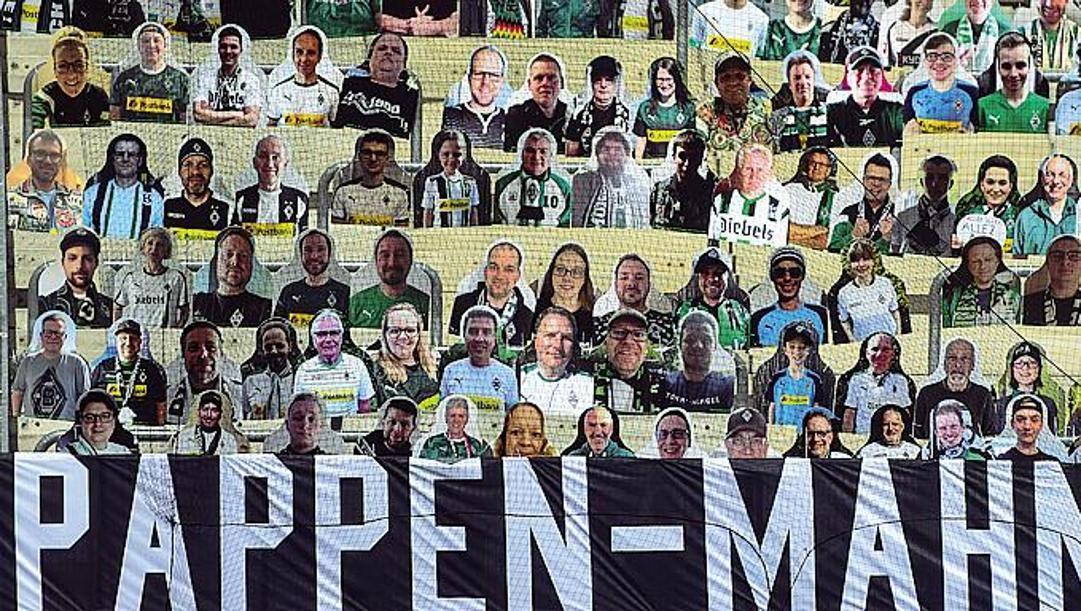 Spettatori di cartone sugli spalti del Borussia Park. Getty