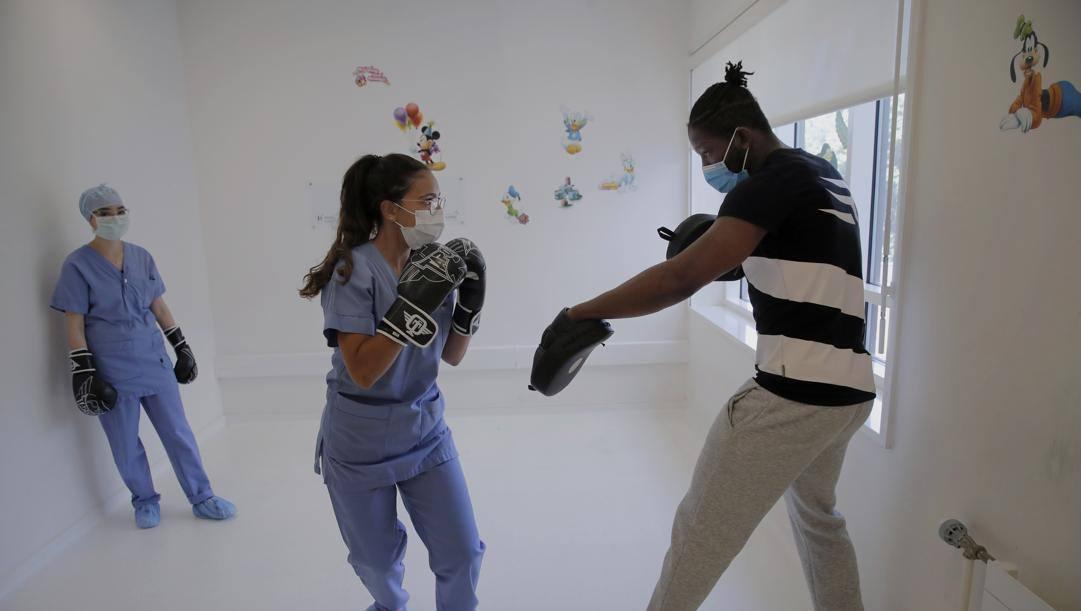 N'Dam dà lezione a un'infermiera. Ap