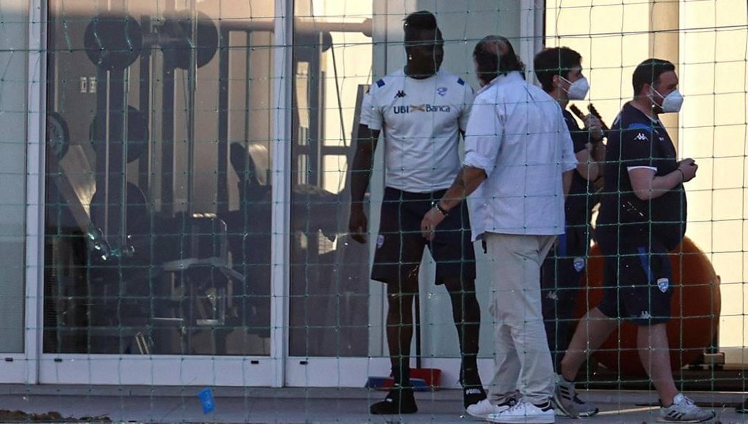 Mario Balotelli al centro sportivo del Brescia a Torbole. (Ansa)