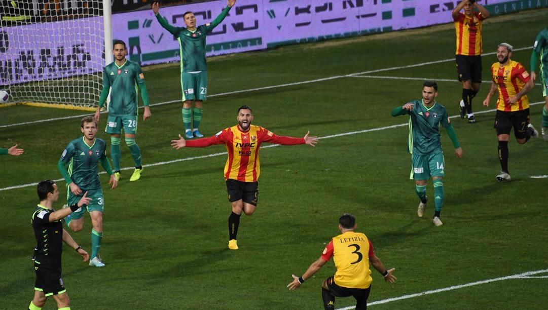 Massimo Coda e Letizia esultano per il gol segnato contro il Pisa al Vigorito di Benevento il 19 gennaio scorso. (Getty Images)