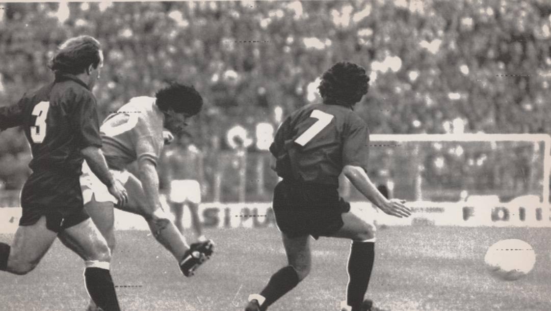 A sinistra Renato Villa, prova a contrastare Diego Armando Maradona in una sfida tra Napoli e Bologna degli anni '80. Ap