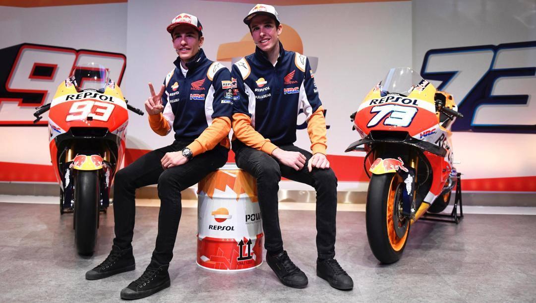 Da sinistra Marc Marquez, 27 anni, e il fratello Alex alla presentazione della Honda per la MotoGP 2020, lo scorso febbraio. Epa