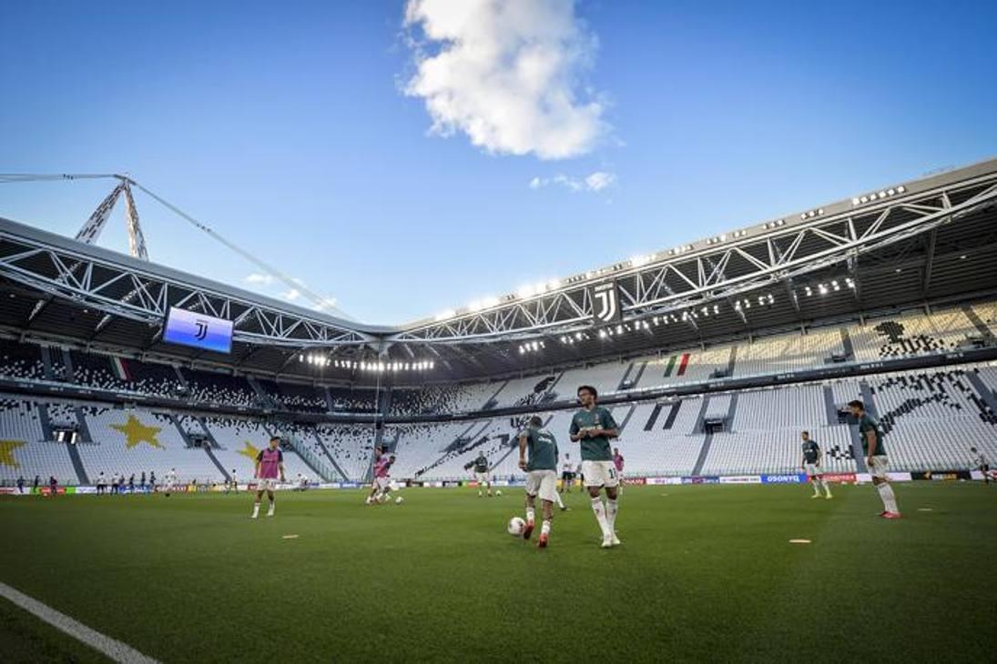 Dopo 89 giorni, la Juve è tornata a casa: bianconeri in campo all'Allianz Stadium per un allenamento serale, concluso con un'ora di partitella iniziata alle 21. Seduta breve, poi due tempi da mezz'ora (senza gol, risultato finale 0-0) per una sfida tra maglie bianconere e blu. Sostituzioni volanti, cambi di squadra a partita in corso, Maurizio Sarri a osservare tutto con la mascherina. E un Cristiano Ronaldo già scalpitante, mentre erano out Higuain, Chiellini e Demiral. CR7, Dybala e Douglas Costa (che formano l'attuale tridente titolare) hanno giocato nella stessa squadra. Nella gallery Getty Images che segue, alcune foto della serata.