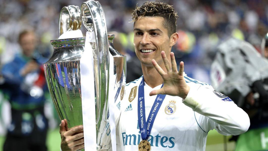 Ronaldo con l'ultima  Champions vinta in maglia Real. Ap