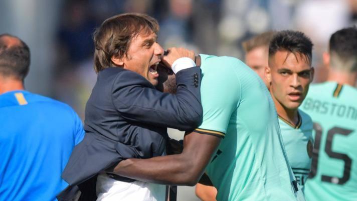 Antonio Conte abbraccia Lukaku sotto gli occhi di Lautaro. Lapresse