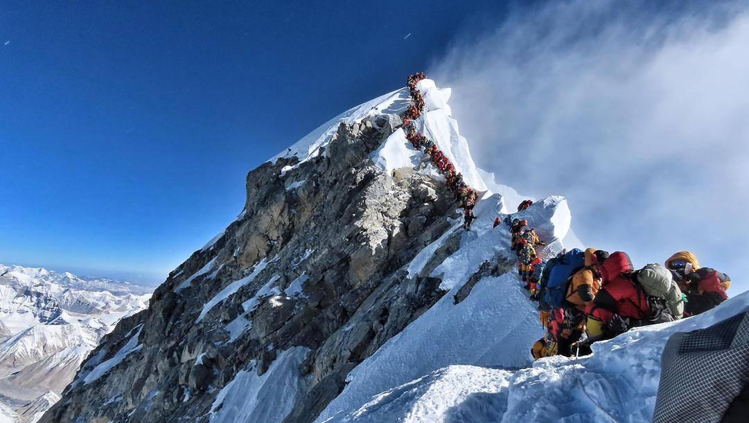 In coda come in tangenziale per salire sull'Everest. Afp