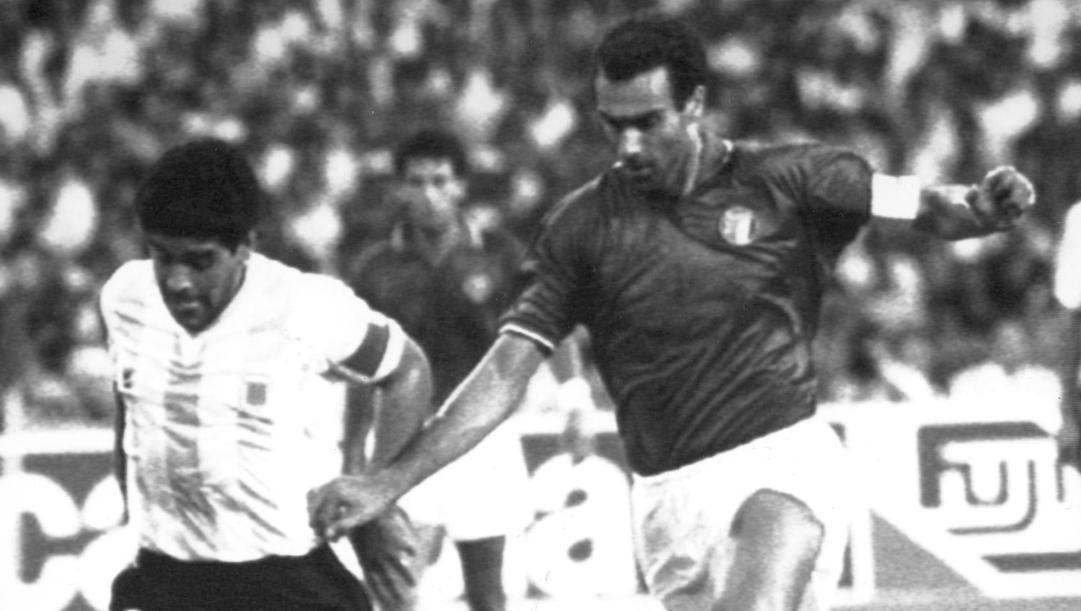Bergomi e Maradona durante la semifinale tra Italia e Argentina nel 1990. Ap