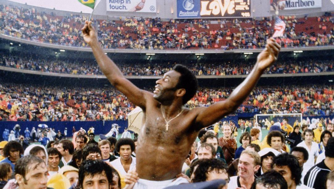 Giants Stadium, 1 ottobre 1977: l'ultima partita di Pelé. Il brasiliano disse addio al calcio in un'amichevole Cosmos-Santos.