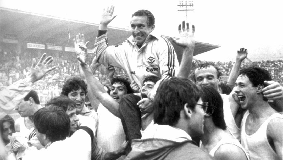 Osvaldo Bagnoli portato in trionfo dopo la conquista dello scudetto 1985. Ansa
