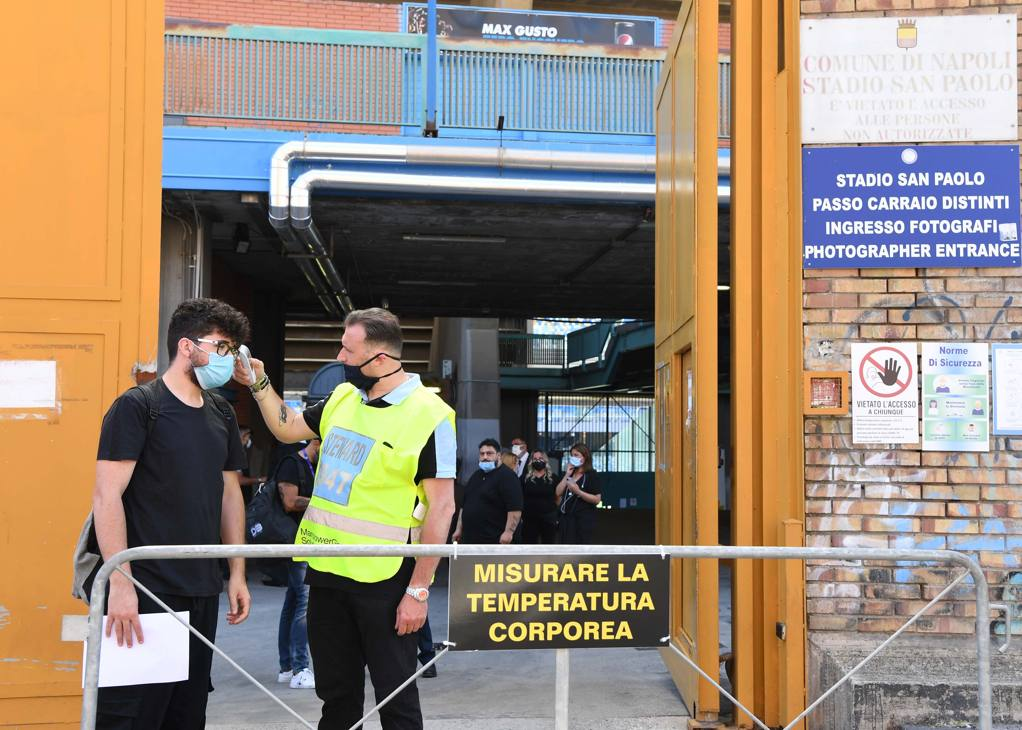L'ingresso dello stadio San Paolo: i pochi a cui è consentito l'accesso dovranno misurare la temperatura (Getty Images)