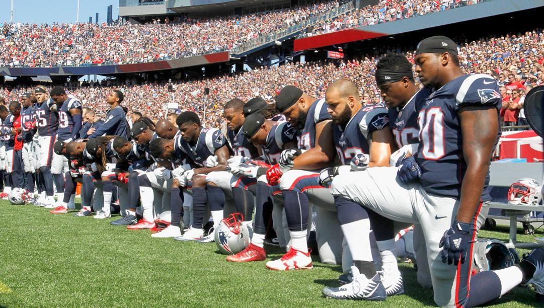 Giocatori dei New England Patriots inginocchiati durante l'inno prima di una partita del 2017. Afp