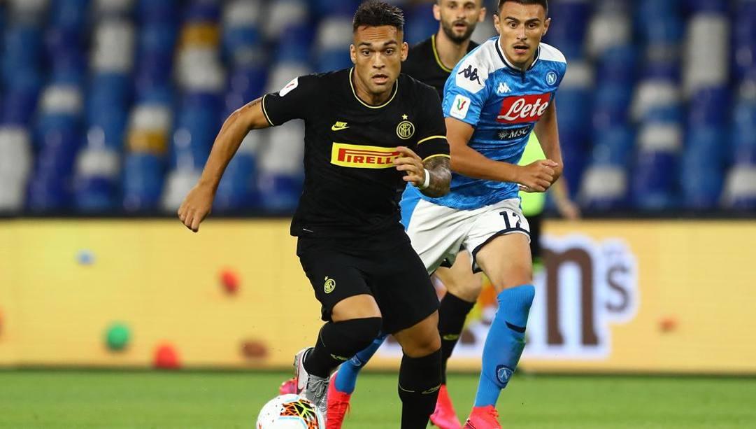 Lautaro Martinez in azione contro in Coppa Italia contro il Napoli.