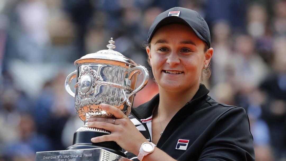 Ash Barty col trofeo del Roland Garros. Ap