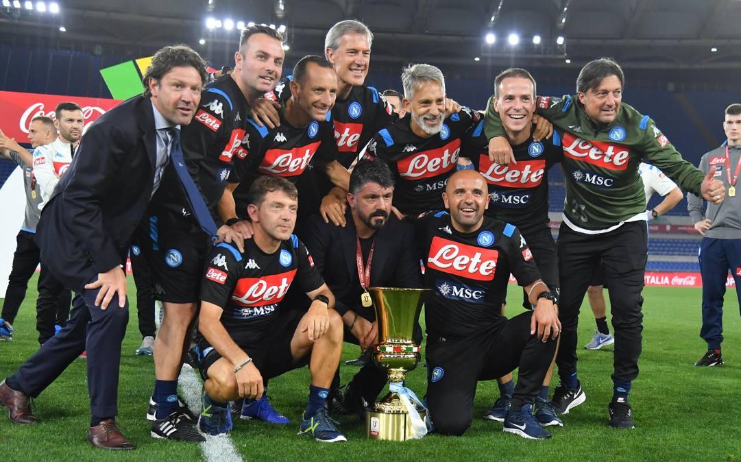 Rino Gattuso posa col suo staff dopo la vittoria della Coppa Italia. Ansa