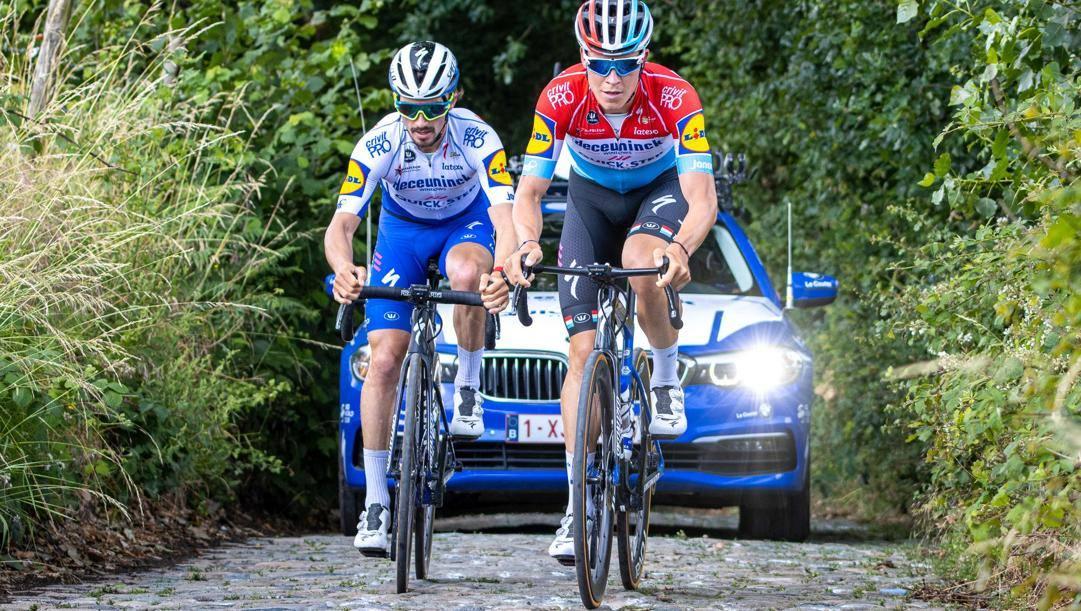 Julian Alaphilippe,a  sinistra, in ricognizione sul Koppenberg con il campione del Lussemburgo, Bob Jungels