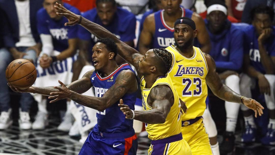 Lou Williams, 33 anni, inseguito da Dwight Howard, 34, sotto gli occhi di LeBron James, 35. Epa