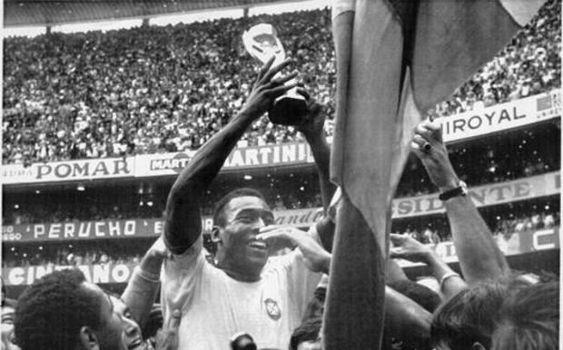 L'esultanza di Pelé con la coppa al campionato mondiale di Messico 1970