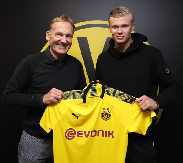 il d.g. del Borussia, Hans-Joachim Watzke, con Erling Haaland AFP